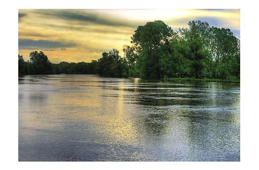 Места рыбной ловли на течении реки фотография